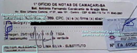 Etiqueta adesiva com impressão mal enquadrada, texto cortado e informação ilegível.