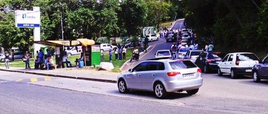 Funcionários da Companhia de Eletricidade do Estado da Bahia fazem nova manifestação na Edgard Santos, no Cabula.